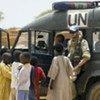 Un casque bleu de la MINURCAT avec des enfants réfugiés dans l'est du Tchad.