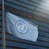 Le drapeau de l'ONU en berne.