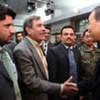 Le Secrétaire général Ban Ki-moon salue des employés de l'ONU, à Kaboul.