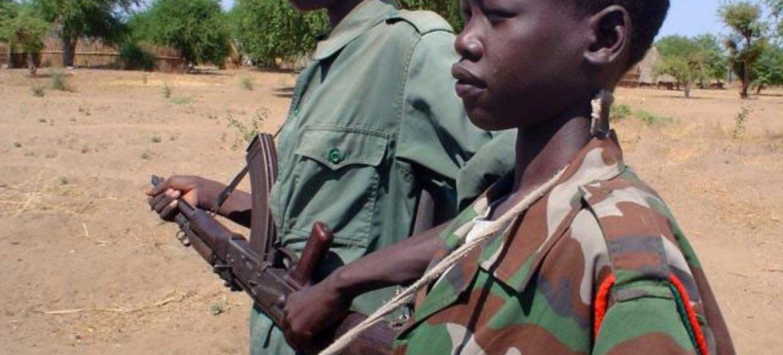 Enfants-soldats dans un camp militaire de Nyal, Sud Soudan (avril 2005)