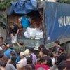 Distribution de couvertures, d'ustensiles de cuisine et de jerricans par le HCR à des déplacés lors du conflit en Ossétie du Sud en août 2008.