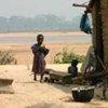 Un village en République du Congo sur la rive du fleuve Oubangui, qui marque la frontière avec la RDC.