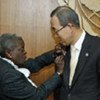 Elaine Collett (left), wife of Alec Collett, gives Secretary-General Ban Ki-moon a memorial pin on 25 March 2008