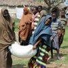 Des femmes dans un centre de distribution alimentaire du PAM en Somalie.