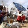 Des déplacés dans des abris de fortune à l'ouest de Mogadiscio, en Somalie.