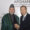Le Secrétaire général Ban Ki-moon (à droite) avec le Président afghan Hamid Karzaï à la conférence de Londres le 28 janvier 2010.