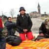 Un jeune Afghan et ses amis dans la ville de Calais, en France.