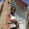 Une jeune femme dans un abri de fortune à Tabarre, un quartier de Port-au-Prince.
