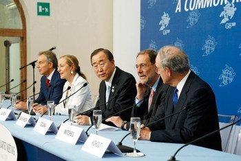 Le Secrétaire général Ban Ki-moon (au centre) lors d'une conférence de presse du Quatuor sur le Moyen-Orient.