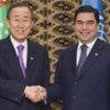 Пан Ги Мун с президентом Туркменистана 2 апреля 2010 года Архив ООН/Эскиндер Дебебе