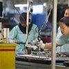 Des ouvriers assemblent des biens électroniques en Indonésie.