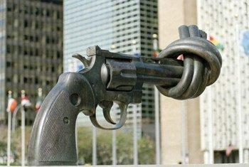 Sculpture symbolisant le désarmement devant le siège de l'ONU à New York.