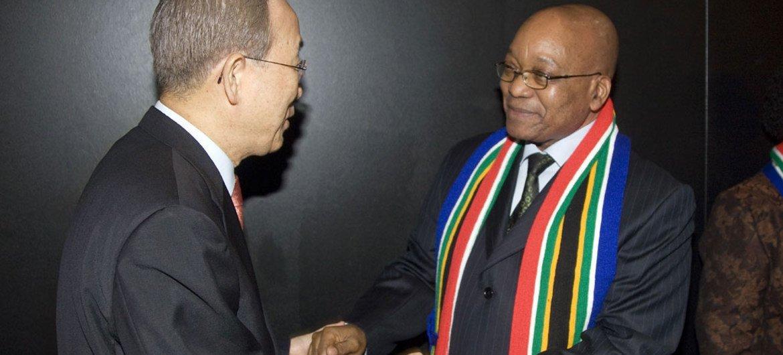 Le Secrétaire général de l'ONU, Ban Ki-moon, avec le Président de l'Afrique du Sud, Jacob Zuma, à la veille de la Coupe du Monde 2010.