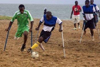 Des footballeurs amputés d'une jambe s'affrontent dans un match à Freetown, en Sierra Leone. ONU Photo/Eskinder Debebe