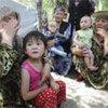 Des femmes et des enfants ouzbeks ayant fui des violences ethniques au Kirghizistan (juin 2010)