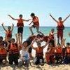 Des enfants participant à des activités récréatives sur la plage à Gaza.