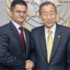 Le Secrétaire général Ban Ki-moon avec le ministre serbe des affaires étrangères Vuk Jeremic en mai 2010.