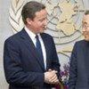 Le Secrétaire général Ban Ki-moon (à droite) avec le Premier ministre britannique David Cameron.