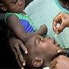 Un enfant reçoit un vaccin contre la polio.