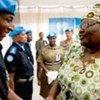 La Représentante spéciale adjointe du Secrétaire général au Libéria, Mensa-Bonsi remet une médaille à un officier de police rwandais.