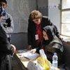 Un responsable électoral iraquien vérifie la liste des électeurs en mars 2010.
