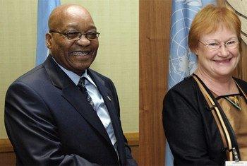 Le Président d'Afrique du Sud, Jacob Zuma, et la Présidente de Finlande, Tarja Halonen, président le Groupe de haut niveau sur la croissance durable.  Photo ONU/E. Schneider/E. Debebe