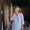 Une femme dans sa maison détruite au Kirghizistan, en août 2010.
