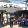 Au Timor Leste, de l'aide humanitaire déchargée d'un hélicoptère de l'ONU.