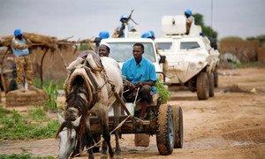 Des casques bleus en patrouille dans le camp de déplacés de Kalma, au Darfour.