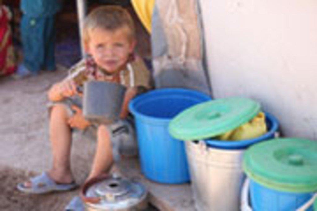 Mtoto akinywa maji katika kambi wilaya ya Khuroson, Tajikistan