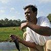 Un Cambodgien pêche dans un lac.