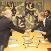 Le Secrétaire général de l'ONU, Ban Ki-moon, reçoit des mains d'Harold T. Shapiro le rapport du Conseil inter académique