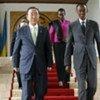 Le Secrétaire général de l'ONU Ban Ki-moon (à gauche) avec le Président du Rwanda Paul Kagamé lors d'une visite au Rwanda en mars 2009.