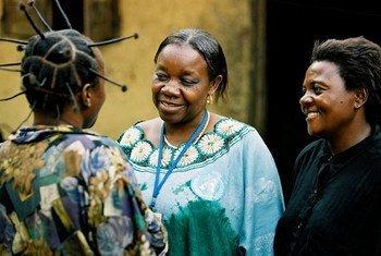 Une spécialiste de la santé mentale discute avec des patients en République démocratique du Congo.