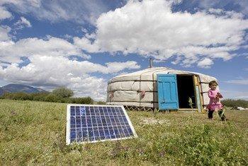 Una familia de Mongolia usa un panel solar para generar energía para su yurta, una caseta tradicional de ese país asiático. Foto: ONU/E. Debebe