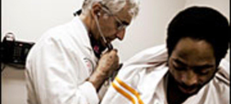 مريض بالسل يتلقى الرعاية الطبية في عيادة بالولايات المتحدة.