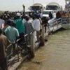 Des réfugiés traversent le fleuve Sénégal sur un ferry affrété par le HCR.