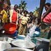Des femmes attendent pour remplir des seaux avec de l'eau potable à Cotonou, au Bénin.
