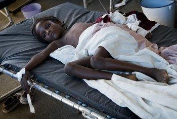 En Haïti, une fillette reçoit des fluides par voie intraveineuse pour traiter une forte déshydratation liée au choléra.