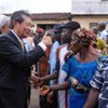 Le Représentant spécial de l'ONU Young Jin visitant un bureau de vote le 31 octobre en Côte d'Ivoire.