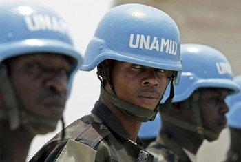 Des Casques bleus de de l'Opération hybride Union africaine-Nations Unies au Darfour (MINUAD).