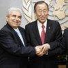 Le Secrétaire général de l'ONU, Ban Ki-moon (au centre) avec les dirigeants chypriotes.