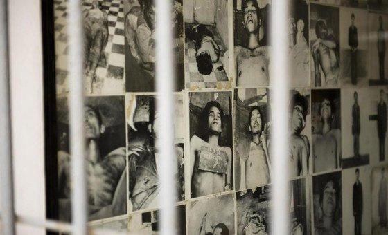 柬埔寨金边种族灭绝博物馆的一堵图片墙。