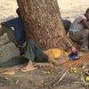 Des Ethiopiens se reposent sous un arbre au Mozambique après avoir marché le long de la côte en route vers le sud.