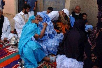 Des familles séparées se retrouvent lors d'une visite au Sahara occidental. Photo UNHCR/S. Hopper
