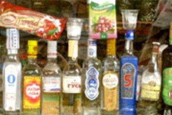 La disponibilidad y la falta de regulaciones para su comercialización propician el consunmo nocivo de alcohol en América. Foto de archivo