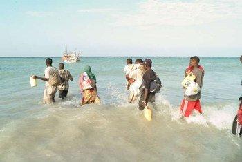 Des gens attendant d'embarquer à bord d'un bateau pour traverser le golfe d'Aden.