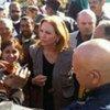 A la frontière tunisienne, la chef du PAM, Josette Sheeran, discute avec des gens qui ont fui les violences en Libye.