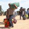 Un groupe de personnes se dirigeant vers la frontière entre la Libye et la Tunisie.