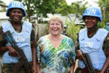 Michelle Bachelet, compartiendo con cascos azules en Liberia, cuando sirvió como directora de ONU Mujeres